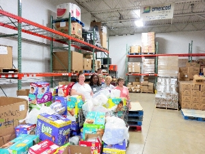Volunteers dekiver items to warehouse